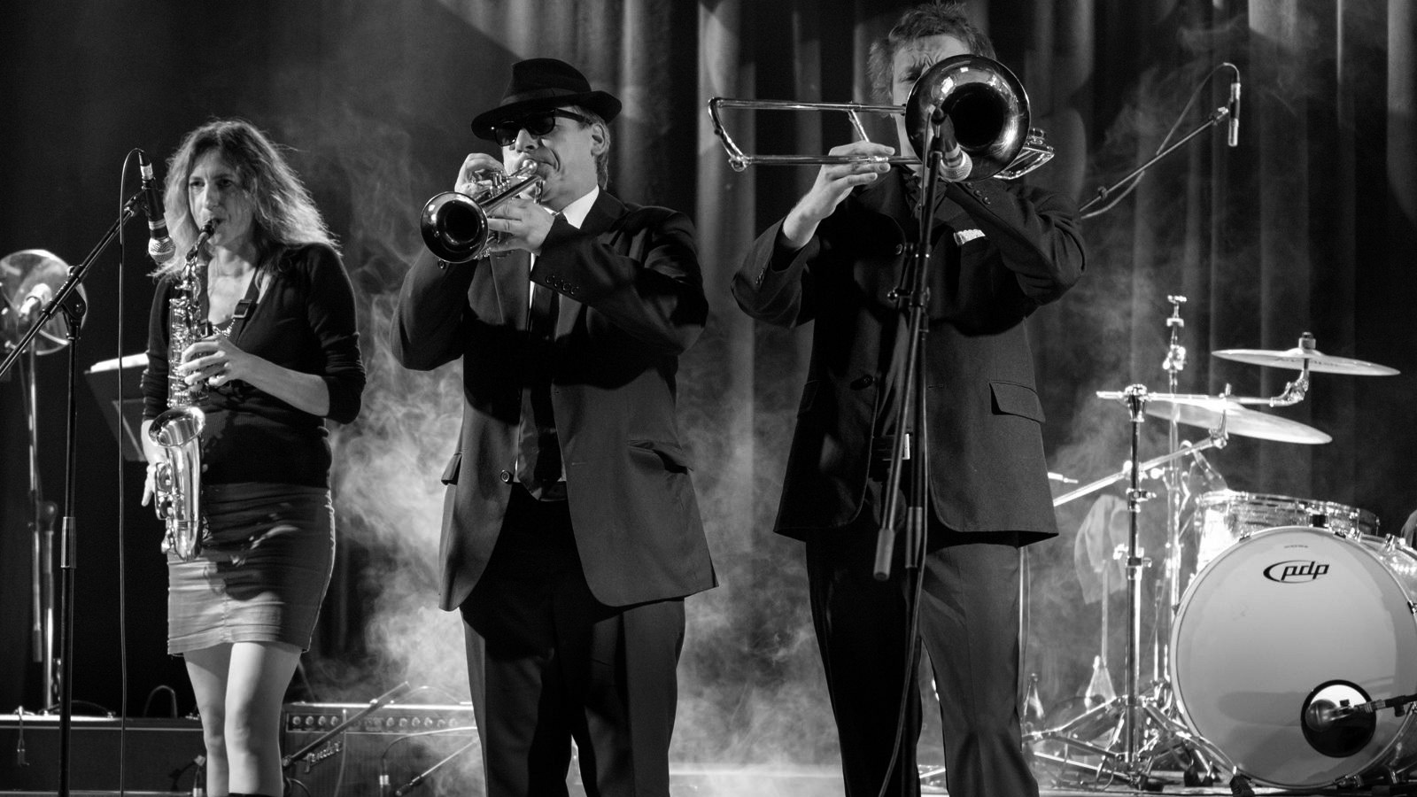 The-Souldiers-with-horn-section-on-stage-at-Tante-Ju-Dresden